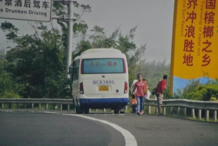 万宁专线车高速停车抢客 交通部门被指冷漠