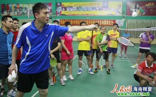 赵剑华指导为学员们演示网前球技巧