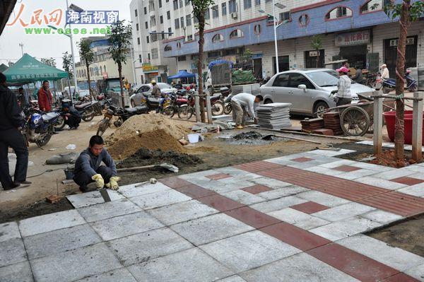 工人们正在铺设人行道彩砖高清图片