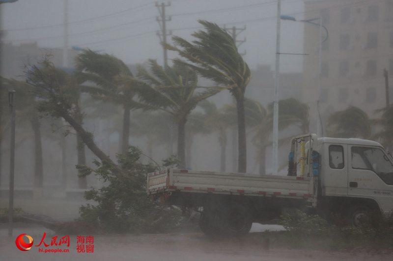 """5时30分许,海南文昌,超强台风""""威马逊""""在文昌翁田镇登陆,台"""