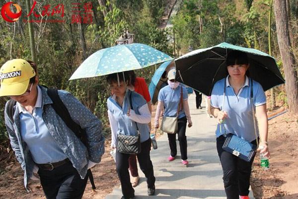 三亚天涯海角妇女员工登临春岭公园庆 三八