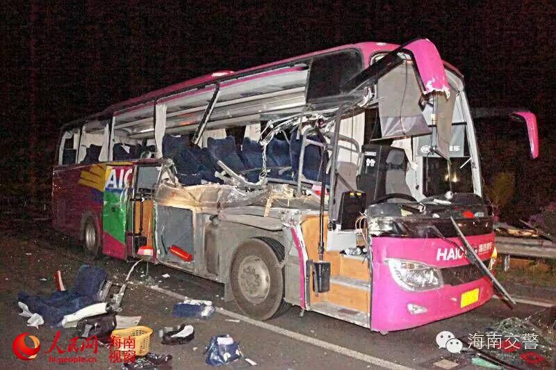 海南高速路大巴车与重型货车刮蹭 致4死7伤