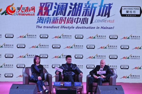 左起:杨千�谩⒐劾胶�集团主席兼行政总裁朱鼎健博士、兰桂坊之父盛智文接受媒体采访