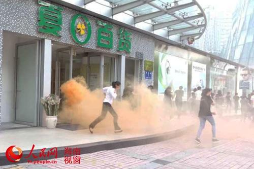 吉阳/三亚市夏日百货商场员工按消防演练方案有序进行疏散