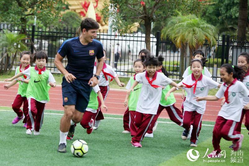 巴萨足球学校进海口校园 学生感受足球魅力