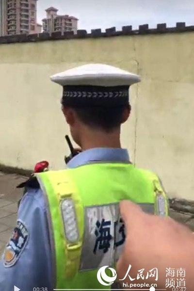网上热传的诬陷辱骂交警视频截图