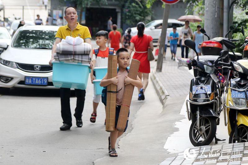 8月30日上午,家长带着孩子到美舍学校新生报到
