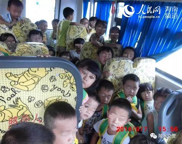 海南校车核载19人塞39儿童 两人被判刑(交警供图)