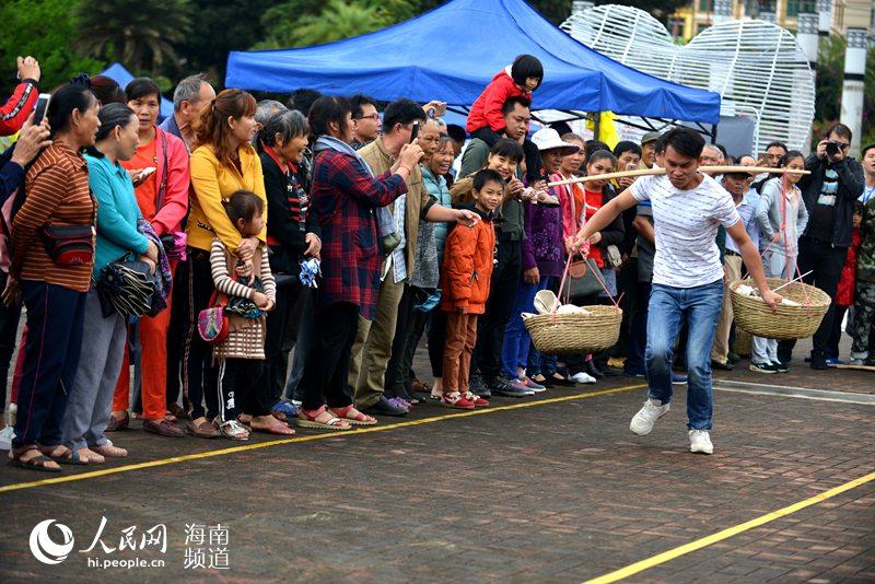 """琼中三月三民族传统趣味体育比赛欢乐上演  """"挑粮比赛""""(王实、贾小英摄)"""