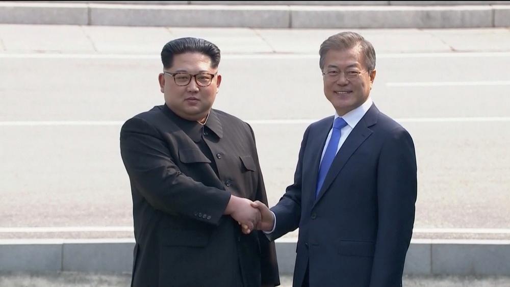 朝鲜最高领导人金正恩与韩国总统文在寅会晤图片