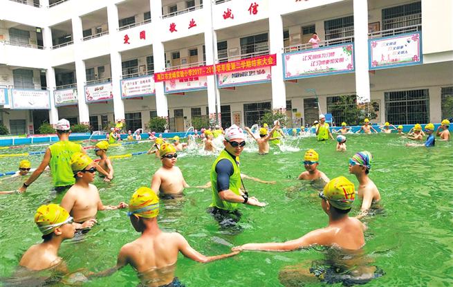 操场变泳池!海口城区学校首个移动式泳池投入使用