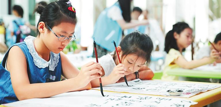 """海南各类文化场馆牵手青少年教育 博物馆变身""""第二课堂""""随着人们对素质教育的关注日益提升,海南中小学校通过带领学生参观博物馆等方式丰富教学内容。"""
