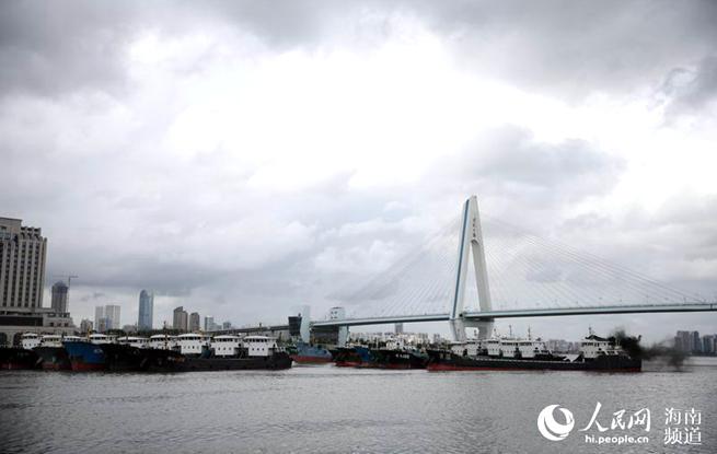 """台风""""山神""""逼近海南 海口海域船只进港避风"""