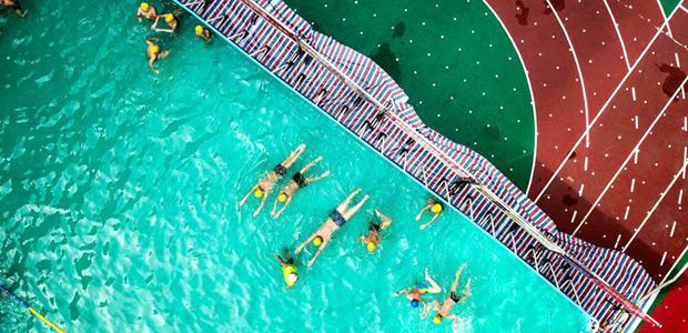 """海口小学操场""""变""""泳池 让学生玩水更""""会水""""&#13;        <a href=&quot;http://hi.people.com.cn/zhibo/n2/2018/0717/c359042-31825066.html&quot; 7月15日,海口市城区第一个移动式支架泳池在美兰区龙峰实验小学正式投入使用。"""