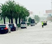 海口遭强降雨 多部门出动保畅通