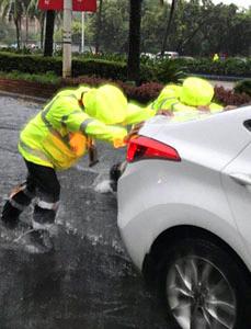 台风天 海口交警冒雨帮助市民