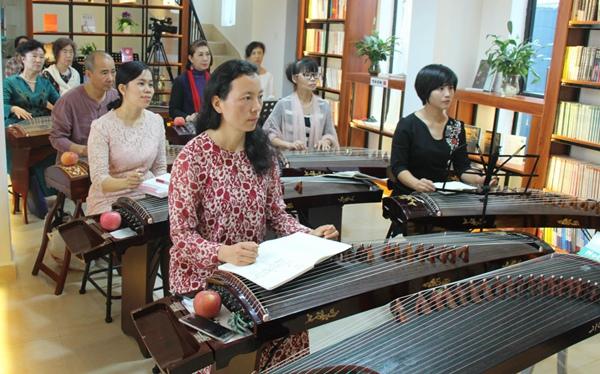 著名古筝教育家、演奏家吴青公益师资基础培训课堂在万宁礼纪凤凰希望书屋开班