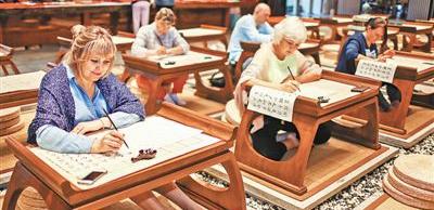 海南:中医旅游产品备受国际游客青睐1月17日,在海南博鳌乐城国际医疗旅游先行区的博鳌超级中医院,俄罗斯游客体验中国传统文化——书法。