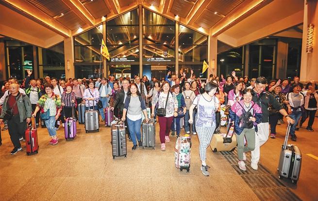 """澳门""""千人游海南""""今年首批120名游客抵琼"""