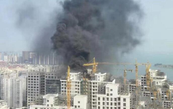 突发:海口滨海大道32层高楼发生火灾 现已扑灭