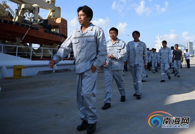 海南32名获救渔民抵达三亚:回家的感觉真好!