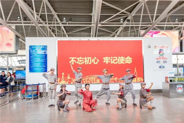 """三亚机场上演""""红色娘子军""""快闪"""