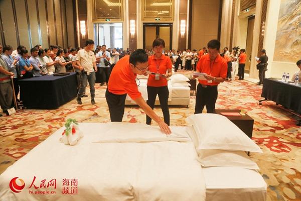 中式铺床比赛现场 裁判员们正在认真仔细地成果细节进行打分  人民网记者枉源 摄