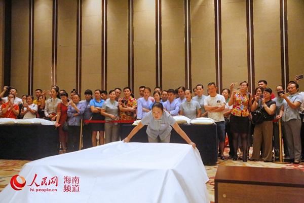 中式铺床比赛现场  人民网记者枉源 摄