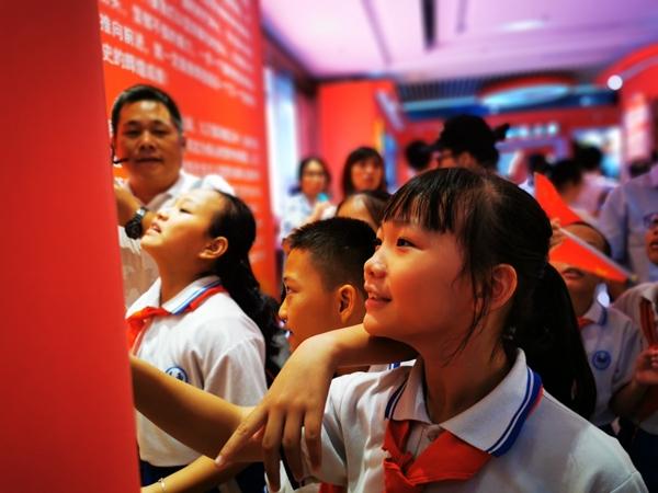 三亚进行道贺中华人民共和国创建70周年后果展