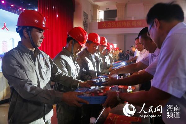 海南省住房城乡确立系统与700余农民工喜迎国庆