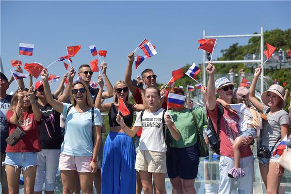 70名俄罗斯游客在亚龙湾森林旅游区祝福新中国70岁生日快乐