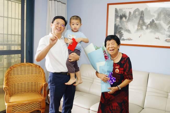 """海医二附院离休干部获""""庆祝中华人民共和国创建70周年""""怀念章"""