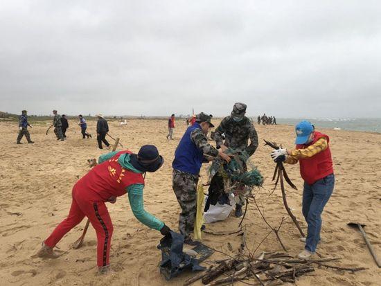 """昌江组织开展""""守护海岸线及保护海滩环境 共建美丽家园""""活动"""