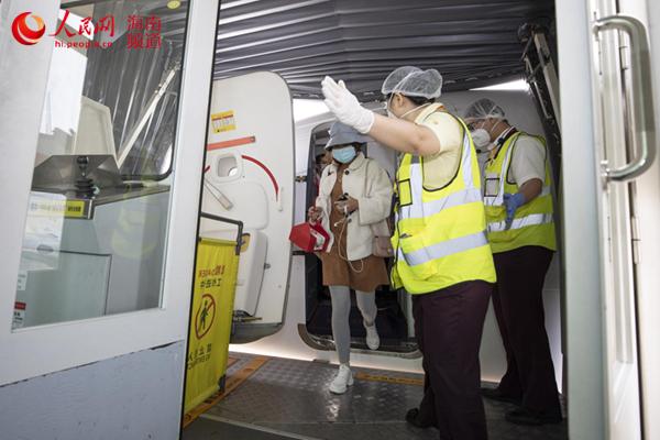 """武汉天河机场""""重启""""首架飞机到达三亚"""