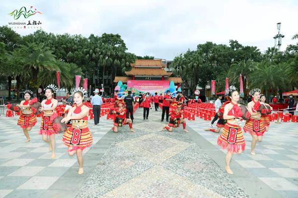 五指山市举办第三届漂流文化节 游客与浪共舞尽享冬日狂欢