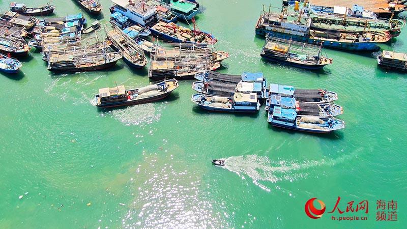 临近出海,小船不断往渔船上运送物资。人民网 牛良玉摄