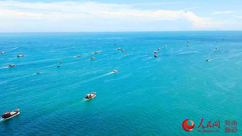 渔船纷纷驶向远方。人民网 牛良玉摄