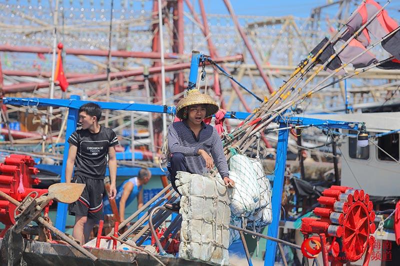 渔民在做出海前的准备工作。人民网 牛良玉摄