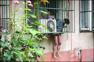 北京一男子在窗户护栏上离奇死亡,下身赤裸