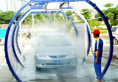 海口街头现智能节水洗车机,10分钟洗一辆车