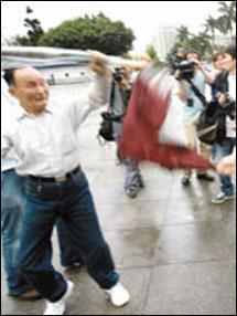 八旬翁抽烟台北中正堂不满,露孩子向阿扁呛声女生畸形下体更名图片