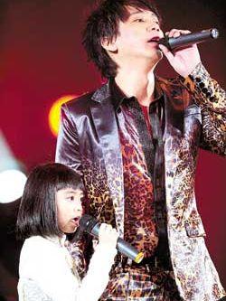 女儿/阿信和女儿同台演唱,久蹲在舞台上泪流满面...