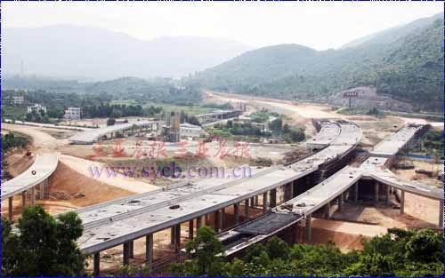 三亚绕城高速公路迎宾互通式立交桥雏形初现